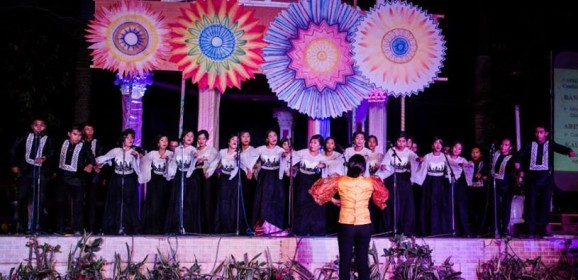 500 voices take over plaza with folksongs and drama